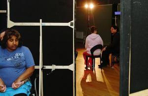 Megafon heter teatergruppen Bardas pjäs. Här framför Christin Berglund och Olof Hedman en dialog om funktionshinder på scenen.  Bakom kulisserna förbereder sig Victoria Olofsson och Ronny Evertsson.