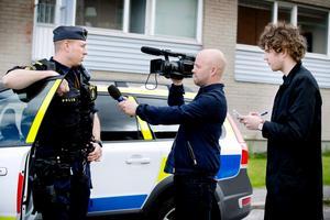 Pierre Bokvist, NA-tv, med kameran i högsta hugg och reportern Oskar Schriever-Abeln.