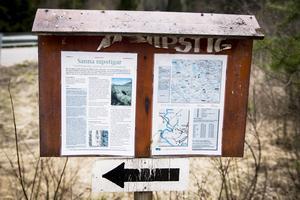 Sanna Nipstigar passar den som vill gå en kortare vandring. Det finns skyltar vid stigens början och fakta om området.
