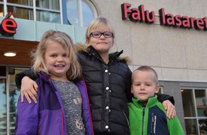 Syskonen Izabell, Alva och Alexander besökte pappa på lasarettet dagens efter fallet.