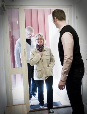 Klockan 17:33. Kalle tar emot Johan och Annica Jonsson.