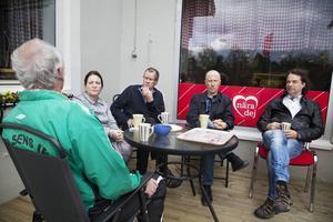 Kurt Folkesson har bott i Kluk större delen av sitt liv, han har hållit i många projekt för att hålla bygden vid liv. Lina Björg Tryggvadottir, Ulf von Sydow, Jouni Ponnikas och Dag Hartmann, lyssnar intresserat på vad som sägs.