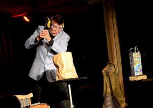 DRAMATIK. Robert Jägerhorn från Finland hotade att slå sönder en mobiltelefon lånad ur publiken. Hans mimik samt konst att få saker att försvinna och dyka upp gav rungande applåder.