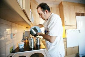 På sjukhuset blev det mycket extra jobb för personalen som fick koka och kyla vatten till alla inlagda patienter.  Jan Paulakorpi, som jobbar på en medicinavdelning,  kokade för glatta livet i personalköket.