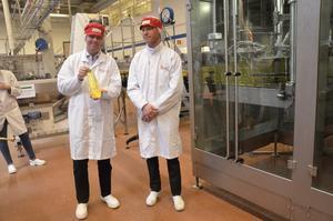 Första flaskan. VD Patrik Andersson och platschef Johan Linné visar stolt upp den första flaskan som tillvekats i den nya maskinen. - Den här kommer att stå på mitt kontor, säger Patrik.