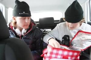 Det har blivit både mat och plugg i bil och buss för Måns och Jakob under vintern/våren.