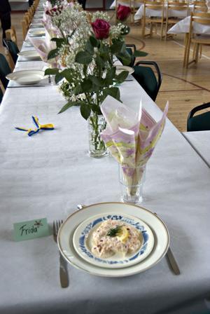 I Nytorps aula bjöds det på en trerätters meny. Till förrätt serverades Skagenröra à la Svensson.