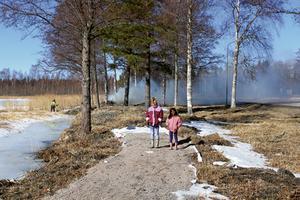 Systrarna Nora och Majken står vid änden av den befintliga delen av strandpromenaden. Det är inte allt för långt kvar till första delmålet vid nordvästra hörnet av Axsjön. Bild: Morgongåva Bild & Foto.