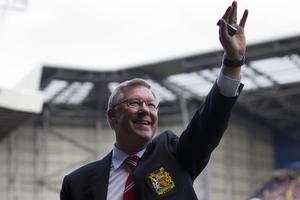 Sir Alex Ferguson vinkar förväl till fansen på Old Trafford inför sin sista match i klubben.