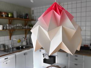 Lampan över köksbordet är från holländska Studio Snowpuppe och helt i papper, vilket gör att den kan läggas i kartongåtervinningen om den skulle gå sönder bortom räddning.