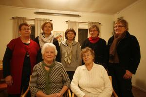 Syföreningen i S:t Erikskretsen 60 års jubilerar i år. Från vänster står; Ellen Sjödin, Mona Franzén Lundin, Annkristine Norlin, Birgitta Belin och Gunnel Östman. Sitter på bilder gör; Karin Sjödin och Inga-Lisa Nordin. Även Ann-Marie Dahlström och Kerstin Norlin är med i föreningen, men saknas på bilden.
