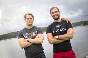 Fabian Nordlander och Viktor Engberg har båda sommarstugor i Stålnäs. Ödlan Ove hänger också där och ger dem sällskap under inspelningarna av Nörden och jag.