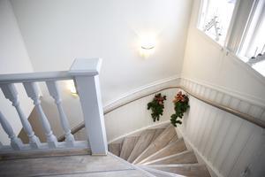 Trappan från hallen upp till övervåningen är en av de bevarade delarna i huset.