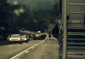 Två bilar krockade på riksväg 50 mellan Ludvika och Grängesberg på lördagseftermiddagen. En person uppges vara allvarligt skadad.