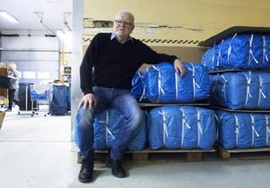 Lars-Erik Pherzon med kläderna som pressats till fyrkanter på 33 kg för att de ska kunna packas tätt i lastbilen till Baltikum.