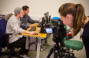 Kristin Granbo filmar Johan Nilsson och Niklas Malmsten när de söker jobb.