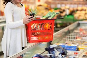 Är rabatt på mat nästa steg? Idag lockar flera butikskedjor med erbjudanden, mot att du checkar in med mobilen och visar dina vänner var du handlar.– Jag tror definitivt att fler och fler kommer att använda det, både konsumenter och företag, säger Eva Ossiansson, doktor i ekonomi vid handelshögskolan i Göteborg.