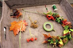 Gör en stomme av stadig ståltråd och linda den med floratejp.