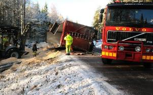 Under räddningsarbetet fick E16 stängas av för all trafik.  Foto: Sven Thomsen/DT