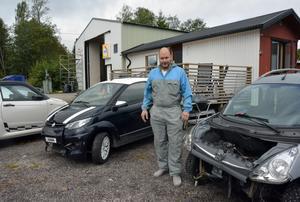 Mopedbilar på rad. De senaste fem åren har antalet lätta fordon som Peter Lidström reparerar blivit allt fler.