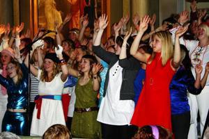 Några av de bortåt 50 ungdomarna i Frösö Vokal som i går kväll, tillsammans med Näldens Storband, framförde musik från Duke Ellington till Abba i Sunne kyrka.