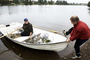 Premiär. Björn Berglund från Idkerberget och Christian Nilsson vid årorna, har aldrig fiskat kräftor i Dalälven tidigare. Men han hoppas i alla fall få en skaplig fångst i de 12 burarna han får lägga ut. Foto:Stina Rapp