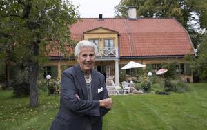 Kjerstin Dellert bor i ett 1700-tals hus i Ulriksdals slottspark.