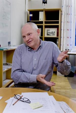 Anslagen minskar. Högskolan har krav på sig att spara varje år, därför drabbas också studenterna, förklarar Svante Brunåker, utbildningchef vid Högskolan i Gävle.