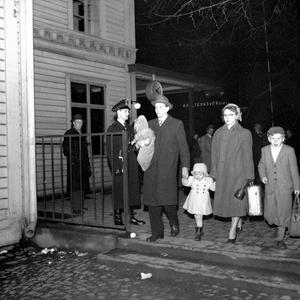 På negativfickan till den här bilden har fotografen skrivit: påskresenärer. Året är 1953.