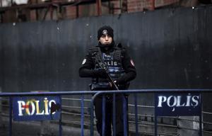 En turkisk polis blockerar vägen fram till nattklubben som utsattes för en terrorattack på nyårsafton.