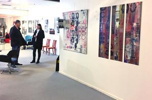 Björn Larsson och Vivianne Sokero diskuterar Pia Thelanders konst.