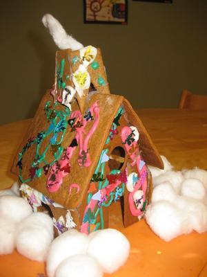 Det här färgglada pepparkakshuset  har barnen från avdelningen Sjöstjärnan gjort.