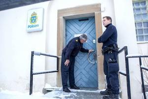 Sabotörerna hade glömt av en dörr genom vilken poliserna kunde ta sig in. I somras fick de krossa en ruta. Den här gången lyckades låssmeden bränna bort limmet från låsen, vilket gjorde att de kunde återanvändas. Första gången fick alla lås bytas ut.