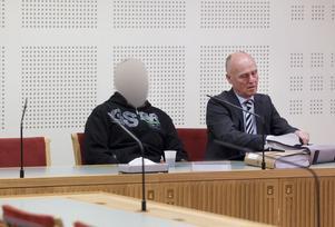 Den före detta Solidosledaren hävdar att allt som 26-åringen berättat för polisen är lögner – och menar att motivet för anklagelserna är att han haft sex med 26-åringens flickvän. Här sitter han tillsammans med sin advokat, Hans Östberg från Falun.