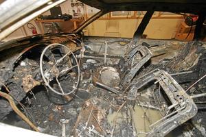 Extremism. Attentatmannens utbrända bil i Stockholm för ett år sedan. I dag finns andra extremister på stadens gator. arkivbild: polisen/scanpix.