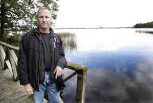 HITTAR INGET. Kriminalinspektör Christer Löw har gett uppsökandet efter Kjelle Blues kropp i Storsjöns vatten i Gavelhyttan. En tipsare har sagt att han ligger där och likhundar har markerat samma sak, men efter fruktlöst letande kommer nu polisen inte längre.