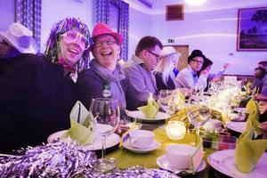 Johan Persson och Carina Lundstein går all in och tycker att mello-festen är riktigt häftig.