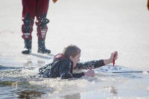 Målet var att så snabbt som möjligt ta sig upp ut vattnet med hjälp av isdubbarna, fästa runt halsen.