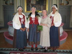 Karin Wikman flankeras av tre damer i Bodsjödräkt, Eivor Sundin, Inger Andersson och Birgitta Persson.