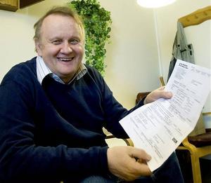 Sven-Olof Nederberg är något brydd över elräkningen för april. Hemab kräver drygt 73 miljoner kronor.