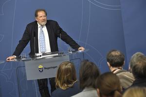 Skolkommissionens ordförande Jan-Eric Gustafsson överlämnar sitt slutbetänkande till utbildningsminister Gustav Fridolin i Rosenbad på torsdagen