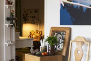 Vardagsrum, kök och hall skapar en passage till arbetsutrymmet.