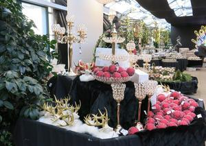 I lokalen brukar det vara fullt med växter men på senhösten dukar man upp med julsaker.