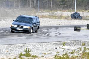 """Kör på sladd. Det går åt mycket däck i motorsporten drifting. """"Man gör slut på det sista i begagnade däck från bilfirmor"""", berättar Tommy Carlsson."""