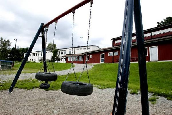 HOTAD. Åmots skola är en av kommunens tre byskolor. Nu hotas alla tre av nedläggning nästa höst.