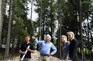 Här byggs det. Kommunens stadsarktitekt Hans Lindberg visar var huvudentrén till Postens nya byggnad kommer att finnas för sina kolleger Peter Lindqvist, Adina Lundberg och Beatrice Arvidsson.
