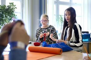 Textilslöjd är ett av Liv Jerkersdotters favoritämnen. Här handvirkar Liv medan klasskamraten Amanda Ryberg dekorerar sin köttbulle.