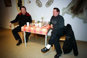 """Lastbilschaufförerna Christer Resman från Fyrås och Per-Gunnar Blomberg från Solberg i Brunflo fick tips om lunchstället i Ytterån. De åt wienerschnitzel respektive fläskschnitzel, och var mycket nöjda. """"Smakar det så kostar det"""", sa Christer."""