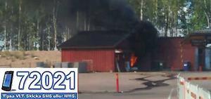 Branden tycks ha uppstått i ett förråd eller garage, svart rök vällde ut ur byggnaden.