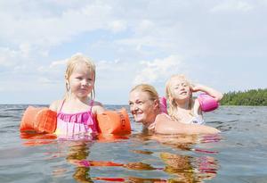 Tyra Lindegren, Hanna Eklund och Alma Eklund njöt i det sköna badvattnet vid Bynäset.